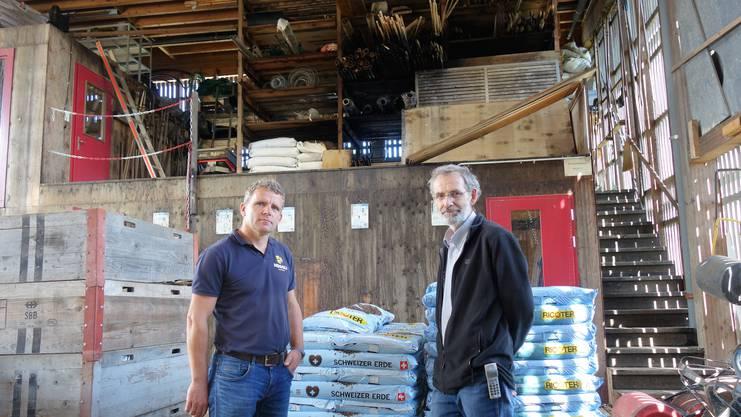 Rainer Heggli (links) und Peter Birrer, Geschäftsleiter der Kistenfabrik Merenschwand und Vermieter, begutachten den Schaden.