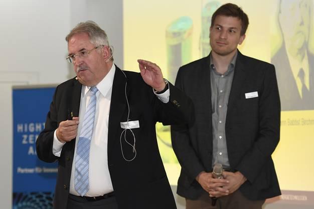 Jürg Zwahlen, Birchmeier Sprühtechnik erzählt, was seine Firma noch so alles im Köcher hat. Im Hintergrund Reto Eggimann, Technologie- und Innovationsexperte Hightech Zentrum Aargau.