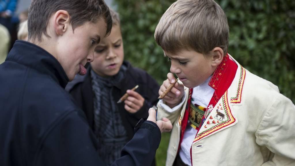 An den Viehschauen und am Funkensonntag dürfen auch Kinder rauchen. (KEYSTONE/Gian Ehrenzeller)