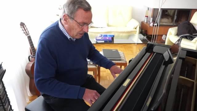 Der Oberdörfer Oscar Hagmann spielt Klavier und singt dazu – nach 44 Jahren Arzttätigkeit geht er in Pension