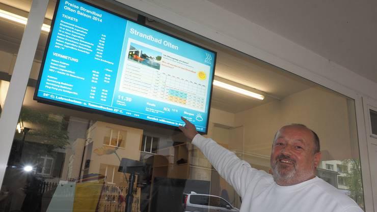 Die Saisoneröffnung 2014 stand schon unter unglücklichem Stern; im Zeichen des Sparzwangs hatten Stadtrat und Parlament die Eintrittspreise markant erhöht, wie Chefbadmeister Thomas Müller zeigt.