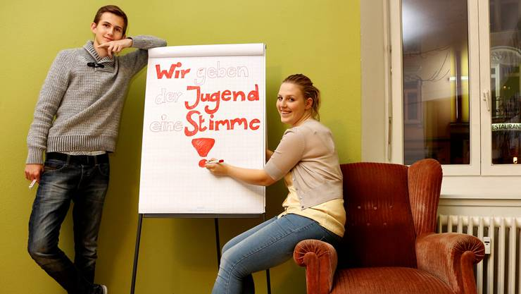 Sie wollen mit einem Jugendparlament jugendliche Anliegen in die Politik einbringen: Vizepräsident Dominik Scherrer und Präsidentin Nadja Stampfli.