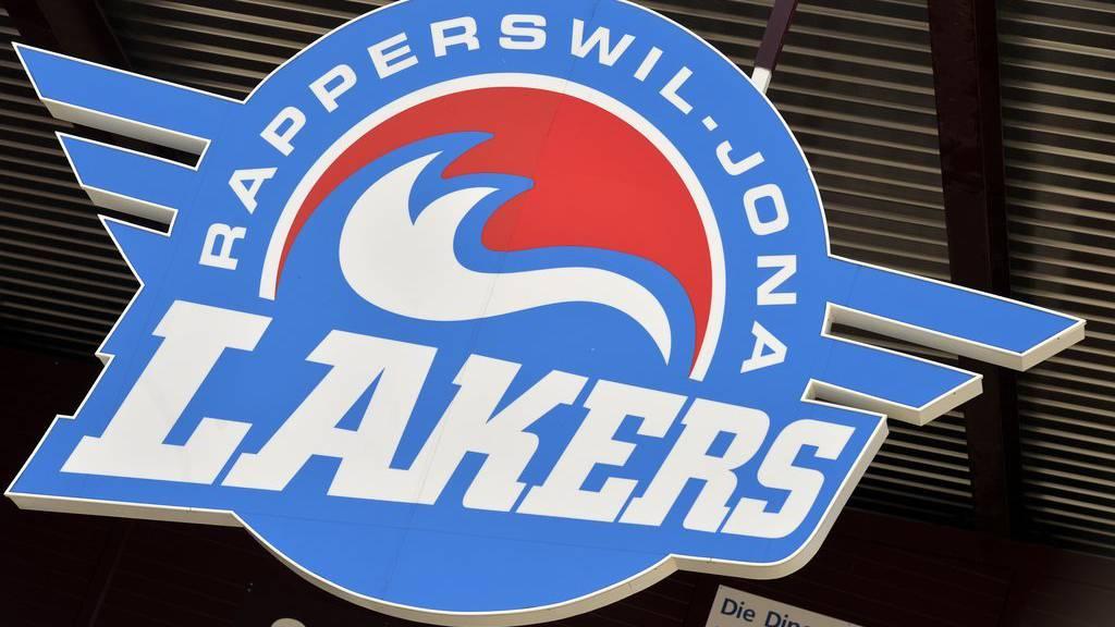 Das Logo der Rapperswil-Jona Lakers am Eingang der Diners Club Arena in Rapperswil am Freitag, 10. April 2015. Die Lakers steigen nach der Niederlage in der Ligaqualifikation gegen die SCL Tigers nach 21 Jahren in die NLB ab. (KEYSTONE/Walter Bieri)