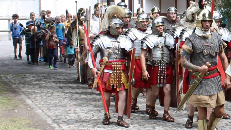 Wer mag, kann zum Abschluss noch eine echte Römerwurst probieren: Auf der 1. Etappe gehts in Begleitung von Legionären von Villnachern nach Effingen.