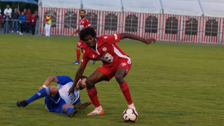 Gab seine Premiere im roten Dress des FC Dietikon. Der 20-jährige Defensivspieler Tony Francisco. Bild Ruedi Burkart