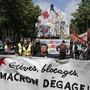 """""""Macron, hau ab!"""" heisst es auf Transparenten der """"Gelbwesten"""", die am Samstag in Paris auf die Strasse gingen."""