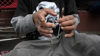 Ein Mann bereitet eine Heroin-Injektion vor (Archiv)