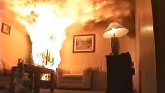 Innert 40 Sekunden steht die ganze Stube in Flammen – so rasch brennt ein Christbaum.