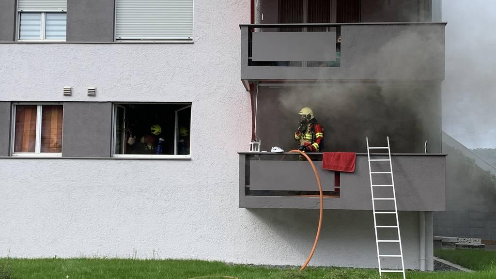 Rauch und Flammen in einem Mehrfamilienhaus