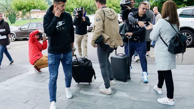 Ob Albian Ajeti (l.) und Xherdan Shaqiri (2.v.r.) ihre Koffer für die EM packen dürfen, ist offen. Ob Raphael Diaz (M.) und Co. das Eis bei der Heim-WM betreten dürfen, ist offen. Ob die Olympischen Sommerspiele in Tokio stattfinden können, ist offen.