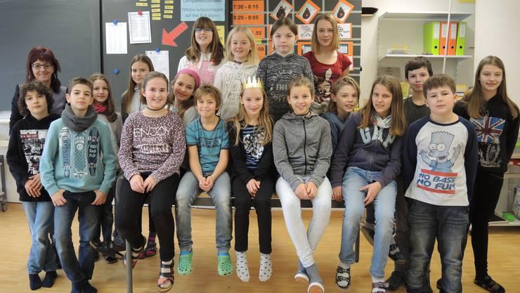 Lehrerin Käthy Blunschi arbeitet mit ihren Schülern am Dreikönigstag, um Geld für die Abschlussreise zu sammeln.