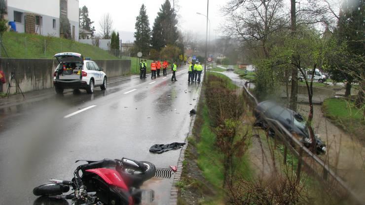 In Lenzburg kam es zu einem schweren Unfall zwischen einem Auto und einem Roller.