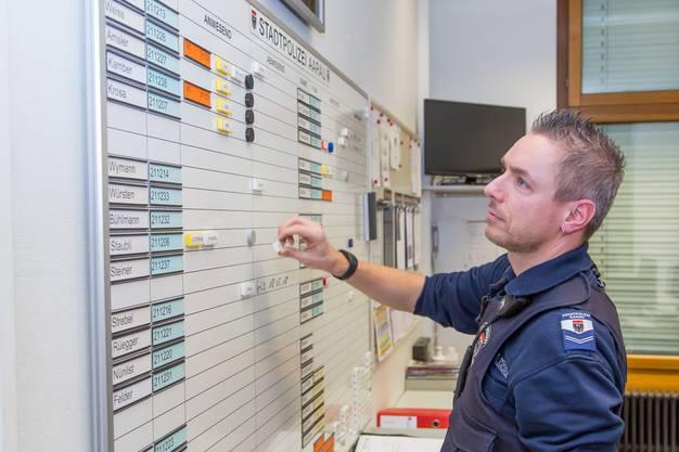 Der Nachtdienst der Polizisten beginnt um 18.00 Uhr und endet um 06.30 Uhr. Hier wirft Polizist Weiss einen Blick auf die Einsatztafel im Polizeiposten.