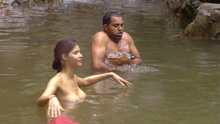 Micaela badet mit Ailton