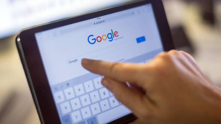 Die Schweizer holen sich via Google Rat in der Coronakrise. (Symbolbild)