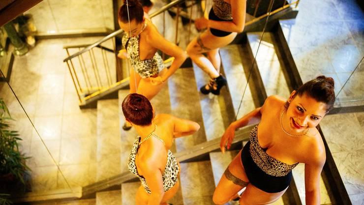 Julia und Stella, zwei Prostituierte im Blue Moon, führen duch den Club an der Zürcherstrasse in Oberengstringen.