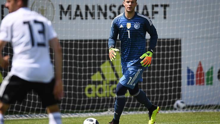 """Goalie Manuel Neuer (rechts) hielt Deutschlands U20-Auswahl gegen seine A-Nationalteamkollegen """"im Spiel"""""""