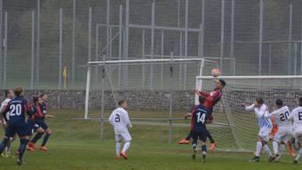 Der Birmensdorfer Goalgetter Adriano Sodano (Mitte, beim Hochspringen, rotes Trikot) half in der Schlussphase auch in der Verteidigung.