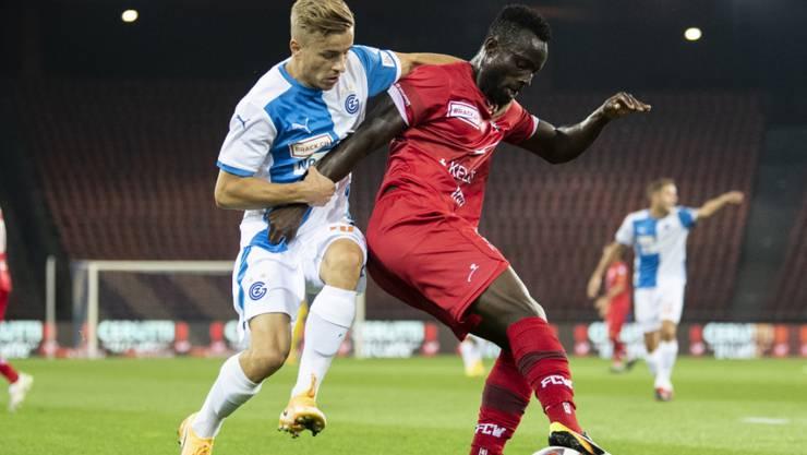Ousmane Doumbia (in rot) behauptet sich am Ball.