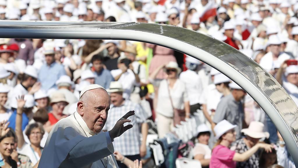 Papst Franziskus trifft im Papamobil auf dem Heldenplatz ein, wo er vor tausenden Gläubigen zum Abschluss des Internationalen Eucharistischen Kongresses eine Messe zelebriert. Er ist auf seiner ersten Auslandsreise nach einer schweren Darmoperation im Juli.