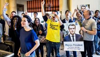 Französische Macron-Supporter in Lausanne verfolgen am Sonntag gebannt den ersten Wahlgang.