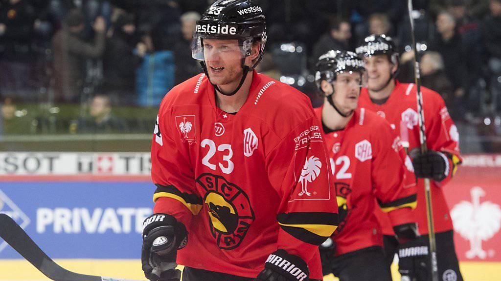 Simon Bodenmann gleitet nach seinem Treffer zum 2:0 vom Eis
