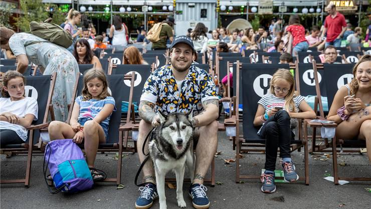 Justin Thöni mit seinem dreijährigen Huskey-Weibchen Nome am Street Food Cinema auf dem Vorplatz des Kulturzentrums Schützi.