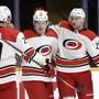 Nino Niederreiter (rechts) ist drauf und dran, mit den Carolina Hurricanes die NHL-Playoffs zu erreichen