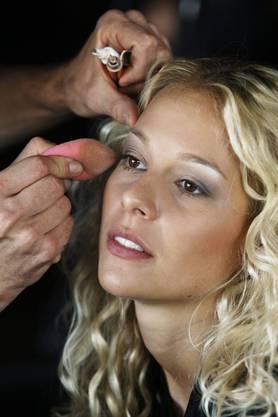 Linda Fäh wird geschminkt.