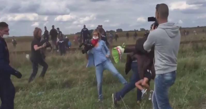 Ungarische Reporterin stellt einem Flüchtling ein Bein.