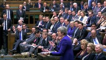 Theresa May im britischen Unterhaus: Die Premierministerin wird kritisch beäugt.AP/Keystone