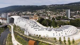 Der neue Swatch-Hauptsitz in Biel. Der Entwurf des futuristischen Gebildes mit einer Trägerkonstruktion aus Holz stammt vom japanischen Architekten Shigeru Ban. Bild: Peter Klaunzer/Keystone (5. August 2019)