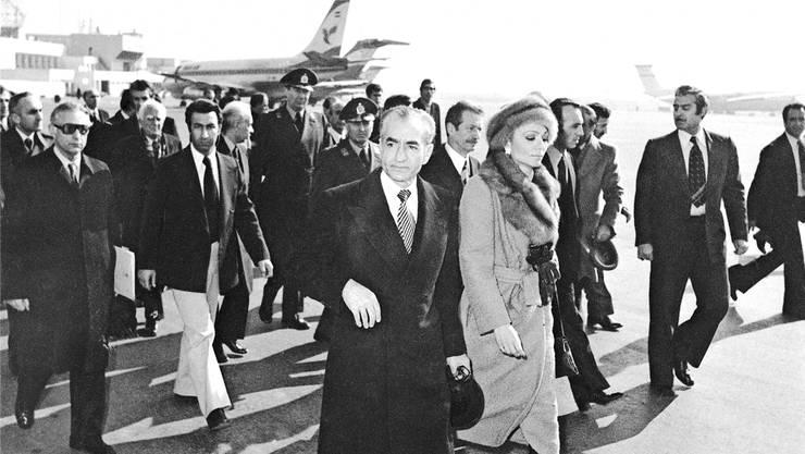 Am 16. Januar 1979 verlassen Schah Reza Pahlavi Mohammad Reza Pahlavi und seine Frau, Kaiserin Farah Diba den Iran per Flugzeug.