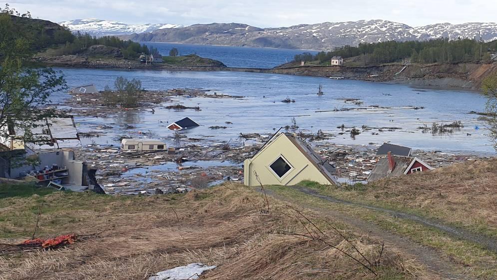 Krass: Gewaltiger Erdrutsch spült mehrere Häuser ins Meer