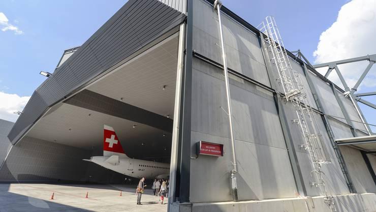 Das Tor der Schallschutzhalle am Flughafen ist beschädigt.