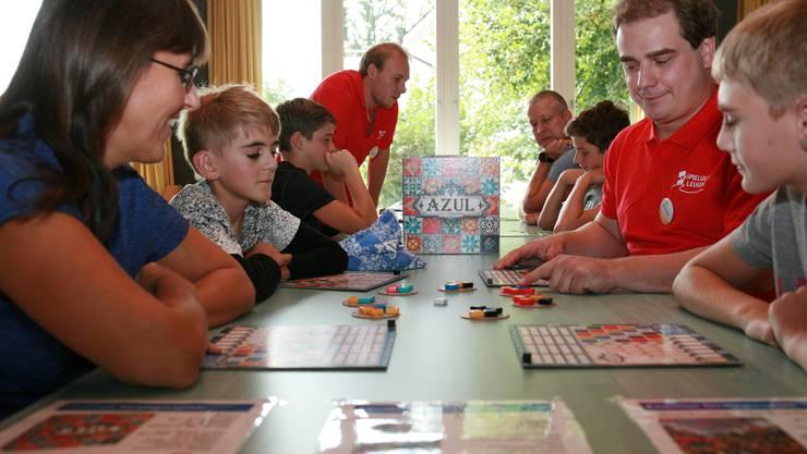 """Die Mitglieder vom Verein Spielgilde Leugene erklärten den Besucher vom """"le SPIEL'18"""" verschiedene neuere Spiele - darunter auch das Spiel des Jahres """"Azul""""."""