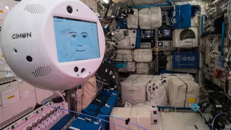 Blick in die ISS mit dem in der Schweiz produzierten schwebenden Roboter Cimon (Crew Interactiv MObile companioN). Er ist, wie der ganze Rest der Station, schon etwas in die Jahre gekommen. Möglich, dass das 15 Jahre alte Weltraum-Habitat bald verschrottet wird. (Archivbild)