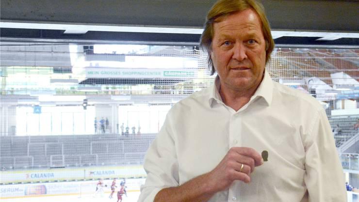 Der einstige EHC-Olten-Söldner Erich Kühnhackl erhielt bei seiner Rückkehr ins Kleinholz einen goldenen Pin geschenkt.
