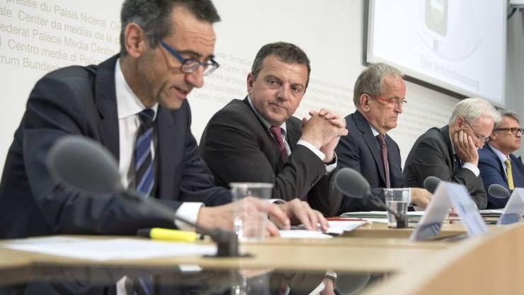 Der damalige ACS-Direktor Stefan Holenstein (erster von links) zusammen mit Politikern während einer Medienkonferenz im Bundeshaus zur volkswirtschaftlichen Bedeutung der Milchkuh-Initiative im Mai 2016. (Archiv)