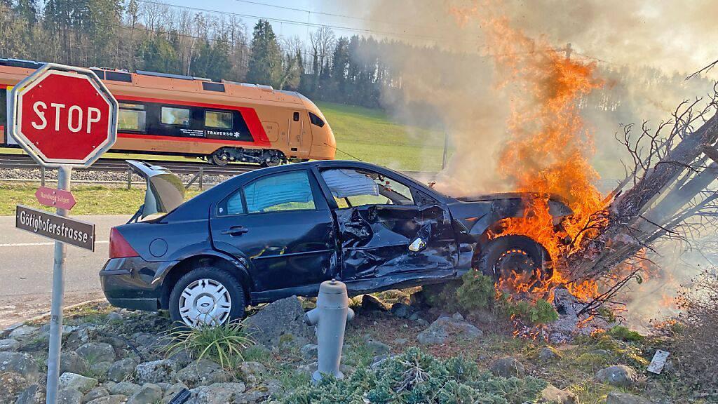 Auto prallt nach Unfall in einen Baum und fängt Feuer