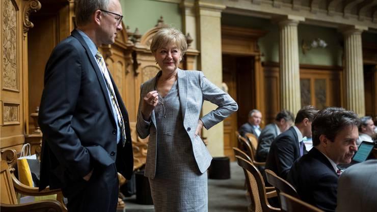 SP-Nationalrätin Susanne Leutenegger Oberholzer diskutiert während der Debatte mit dem Zuger CVP-Ständerat Peter Hegglin.A. della Valle/Key