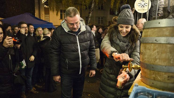 Caroline Rasser sticht das erste Fass Ueli Festbier an.