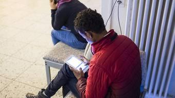 """Seit November können sich Asylbewerber im Aargau die Sprachlern-App """"aCHo"""" herunterladen. (Symbolbild)"""