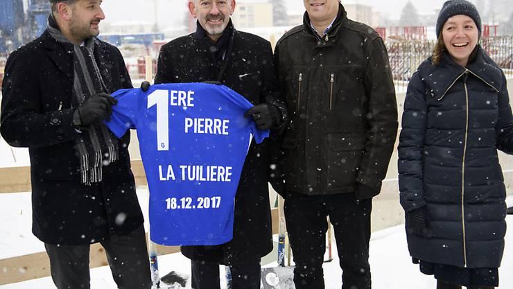 Stadtpräsident Grégoire Junod (links) und der Präsident von Lausanne Sport, David Thompson (zweiter von links) haben am Montag den Grundstein für das neue Fussballstadion in Lausanne gelegt.