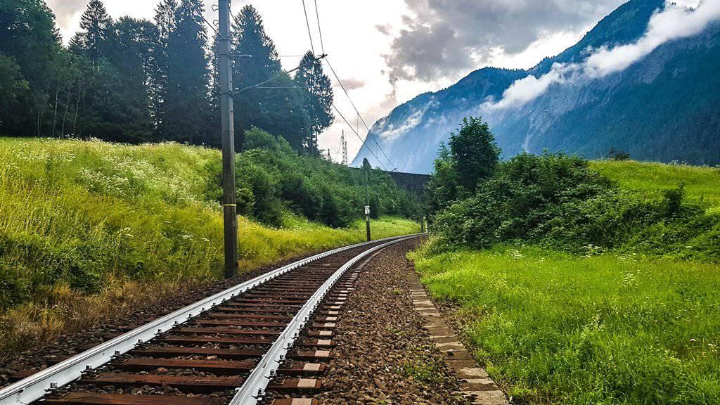 Nicht nur im Appenzellerland, auch in Bludenz im Vorarlberg werden Gleise zur Hitzereduktion weiss gestrichen.