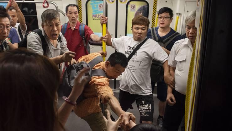 Protestierende verhinderten beispielsweise, dass sich die Türen der Hongkonger U-Bahn schliessen konnten.