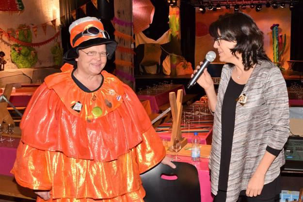 """Thomas """"Steini"""" Steinhauer von den Konfettispaltern, hier mit Stadtammann Barbara Horlacher, eröffnet die Fasnacht im Brugger Salzhaus"""