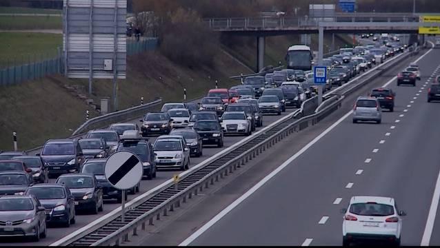 Mit Fahrspuren, die zu Stosszeiten für Autos reserviert sind, in denen mehr als eine Person fährt, will das baselstädtische Parlament Car-Pooling fördern und Staus reduzieren. (Symbolbild)