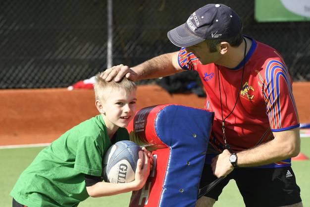 Voller Einsatz beim Rugby-Training. Die Gummimatte stellt den Gegenspieler dar.