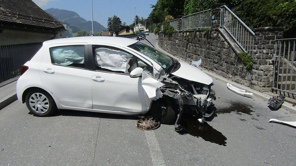 Das Auto war nach der Kollision mit der Mauer Schrott.